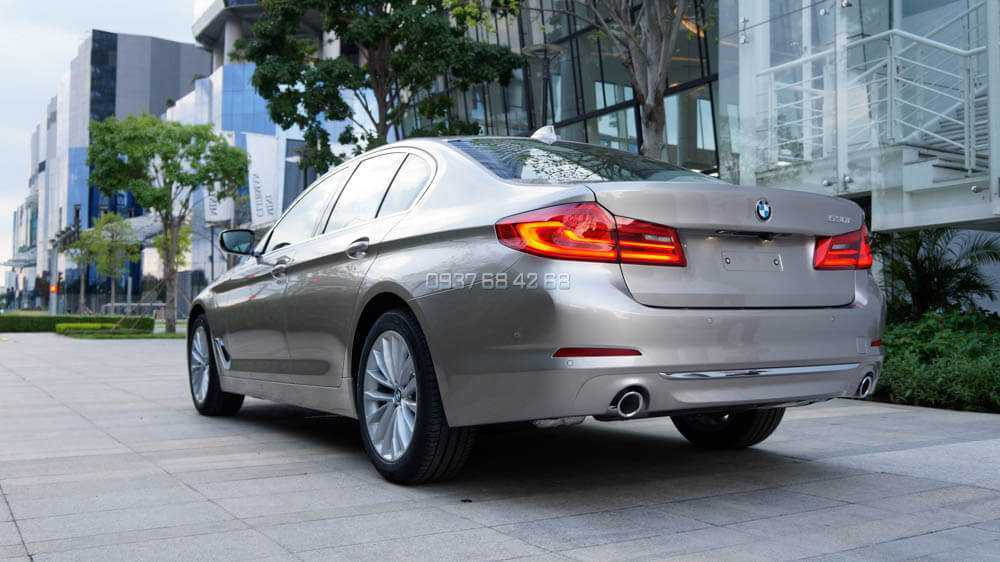 xe BMW 520i và BMW 530i