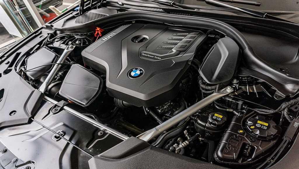 So sánh khả năng vận hành BMW 530i 2020 và Mercedes-Benz E300 2020